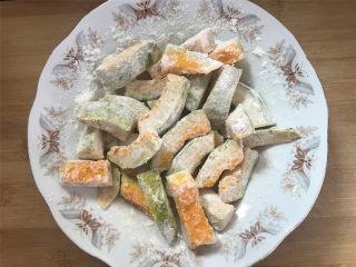 咸蛋黄焗南瓜,把腌好的南瓜块吸干水分,薄薄地裹上一层淀粉。