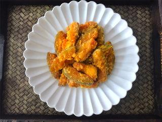 咸蛋黄焗南瓜,外酥里糯,咸香入味,营养丰富的咸蛋黄焗南瓜就可以吃了。