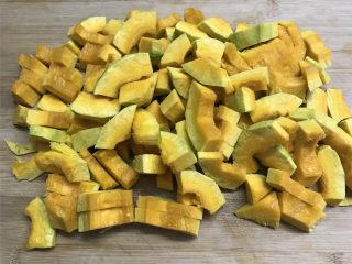 咸蛋黄焗南瓜,先去掉南瓜的皮和籽瓤,清洗干净后切成小长条。