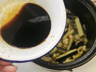 咸鱼茄子煲,一家人抢饭吃的一道菜,倒入酱汁,加点水,翻炒均匀。