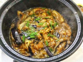 咸鱼茄子煲,一家人抢饭吃的一道菜,洒入葱花。