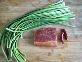 蒜苔炒腊肉,准备食材。蒜苔摘好洗净,腊肉我买的真空包装的那种免洗免蒸的,干辣椒洗净。