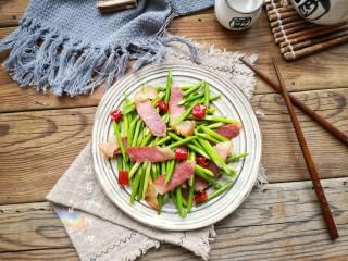 蒜苔炒腊肉,出锅装盘。