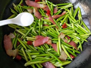 蒜苔炒腊肉,加适量盐和鸡精。