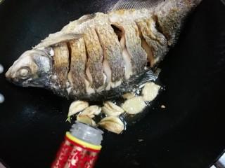 白酒香菜鳊鱼,关火,放入一勺白酒