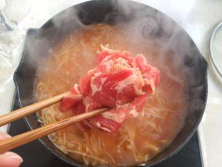 酸汤肥牛,金针菇熬软后,加入肥牛片,煮至牛肉变色即可