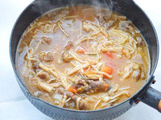 酸汤肥牛,简单的几步就能做成可口美味的酸汤肥牛,西红柿汤汁喝起来都特别的鲜美,牛肉软软的,再搭配上入味的金针菇,开胃暖身