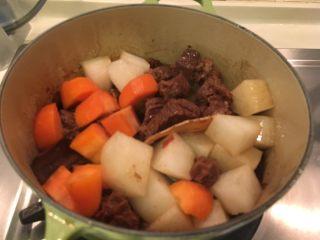 啤酒柠檬炖牛腩,加入红白萝卜,稍微拌炒几下, 然后!很重要!(又来了)盖起来! 很难哦!这次盖起来炖半小时!