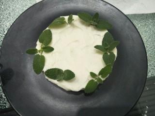 草莓奶油蛋糕,围上一圈洗干净并沥干水的薄荷叶。再放上草莓即可。