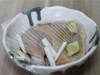 葱油鸡,盖上保鲜膜,放到冰箱冷藏室,冷藏腌制两小时以上,期间最好翻面一次。
