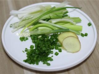 葱油鸡,小葱切段,一部分小葱的葱绿切末,姜切片,备用。