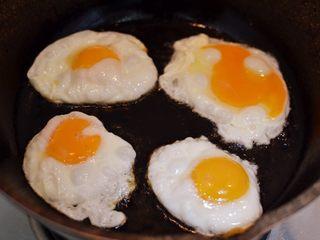 辣椒炒荷包蛋,锅里油烧热,中小火打入鸡蛋。