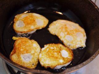 辣椒炒荷包蛋,煎至两面金黄。
