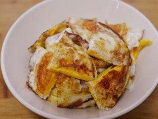 辣椒炒荷包蛋,切块备用。