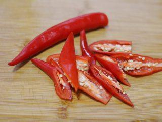 辣椒炒荷包蛋,红辣椒切块。