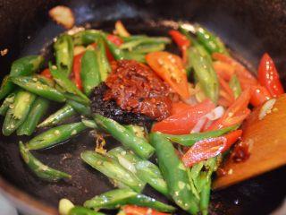 辣椒炒荷包蛋,放一勺豆瓣酱、一勺老干妈和适量白糖。