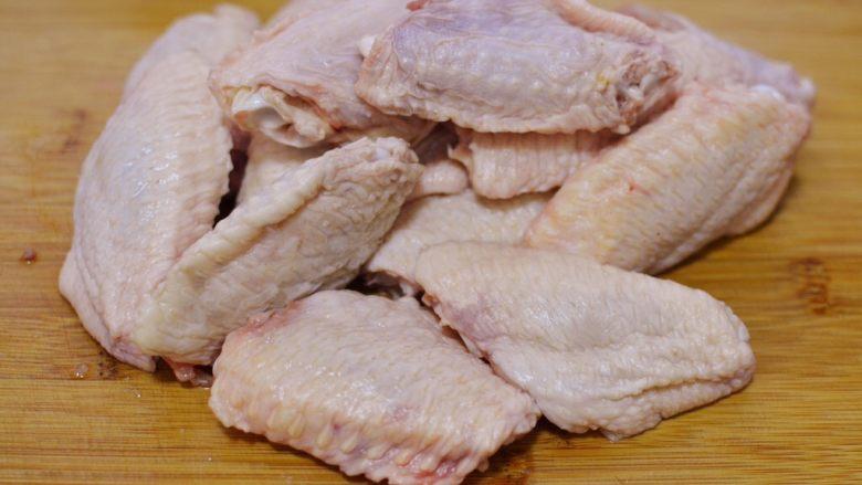 可乐鸡翅,鸡翅洗净,挤干水分。