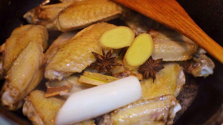 可乐鸡翅,放入大葱、生姜、八角、桂皮,大火炒出香味。