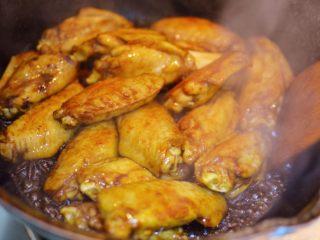 可乐鸡翅,放入生抽、老抽、料酒、蚝油和盐,翻炒均匀。
