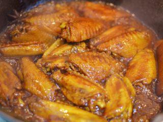 可乐鸡翅,打开锅盖,大火收汁。