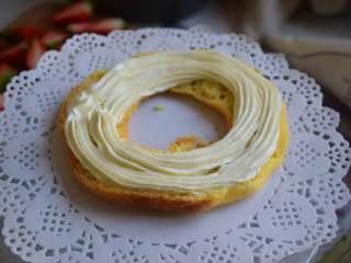 车轮泡芙,把奶油挤中间,可以把两个车轮泡芙放在一起,中间都挤上奶油,最后在最上面加上草莓