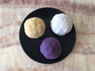 自制鲜芋圆,均匀的混成团,湿了可加木薯粉,干了可加水