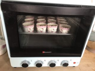 懒人纸杯蛋糕~除湿机版,放入烤箱中层,上火150度,下火160度,烤20分钟
