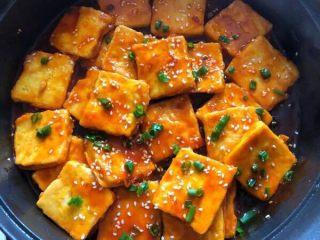 糖醋脆皮豆腐,撒芝麻和葱花,装盘开吃啦!