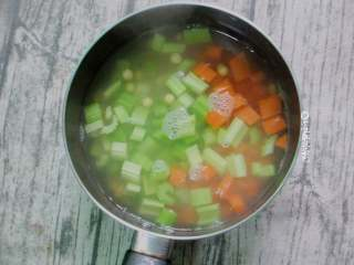 西芹拌黄豆,把芹菜丁和胡萝卜丁焯水
