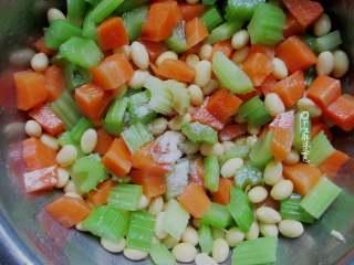 西芹拌黄豆,如果喜欢辣椒油也可以放一些。