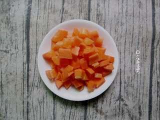 西芹拌黄豆,胡萝卜去皮切丁