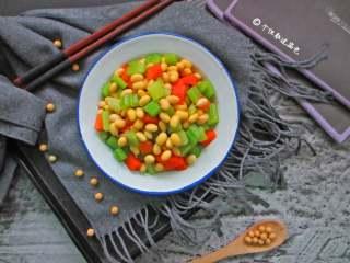 西芹拌黄豆,黄豆和芹菜搭配,富有营养。