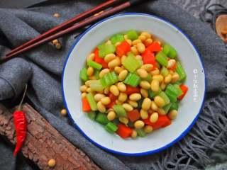 西芹拌黄豆,这到小菜可谓口感爽脆制作简单,早起配配粥、包子都不错