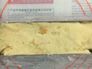 芒果曲奇,曲奇模内放入保鲜膜,再把拌好的曲奇放入模具里,压实压平,整条放冰箱内雪藏1小时左右