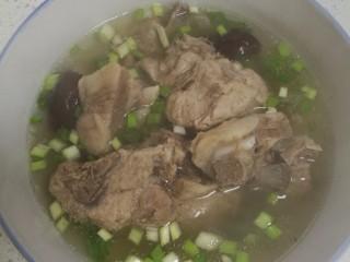 菜谱#当归生姜羊排汤#[创建于9/元~2018],盛在汤碗中,散上葱花点缀。