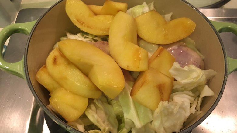 黑胡椒苹果鸡腿,苹果加回锅里