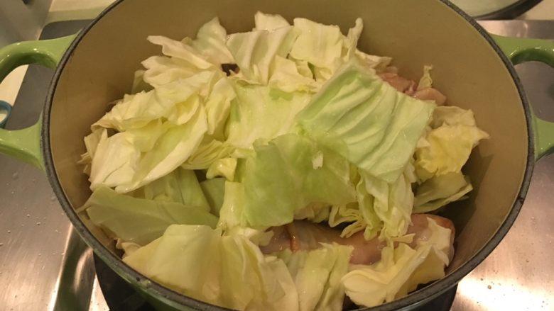 黑胡椒苹果鸡腿,加入高丽菜