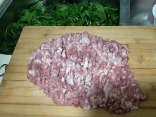 从零开始包馄钝—荠菜冬笋虾皮鲜肉馄钝,把准备好的肉沫用刀剁碎
