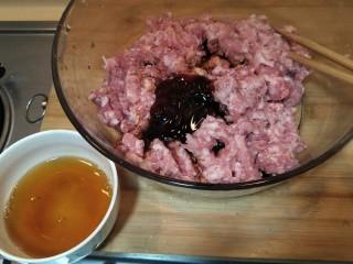 从零开始包馄钝—荠菜冬笋虾皮鲜肉馄钝,加入两勺料酒