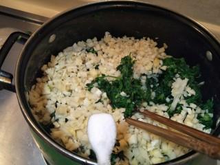 从零开始包馄钝—荠菜冬笋虾皮鲜肉馄钝,加入冬笋碎加入两勺盐。