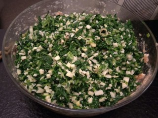 从零开始包馄钝—荠菜冬笋虾皮鲜肉馄钝,把荠菜冬笋放入肉末中。
