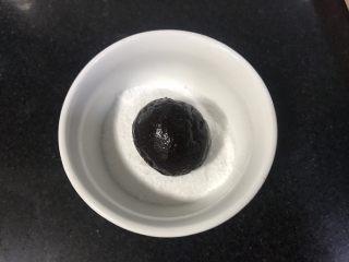 裂纹巧克力软饼干,放入糖粉碗里,滚圆沾满糖粉。