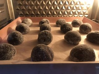裂纹巧克力软饼干,放入预热好的烤箱175度12分钟。