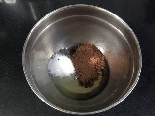 裂纹巧克力软饼干,玉米油,可可粉,细砂糖放入打蛋盆。