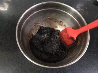 裂纹巧克力软饼干,用刮刀拌匀。