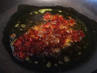 下酒神器:麻辣牛板筋,油锅烧热倒油烧至七八成热放入郫县豆瓣酱爆香