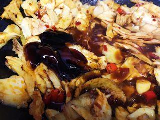 下酒神器:麻辣牛板筋,适量蚝油(一般煮菜我都用蚝油代替了食盐 鸡精 和生抽 )