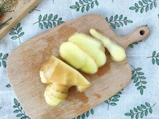 下酒神器:麻辣牛板筋,食材处理:  生姜洗干净后切片