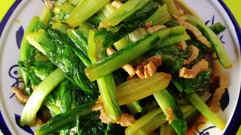 肉炒油麦菜,关火盛出装盘。肉质嫩香,油麦菜清香脆嫩,即营养又健康,简单易上手,无需过多佐料。