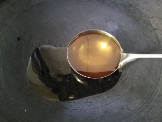 肉炒油麦菜,以上材料备好后起锅,放一勺熟油。(熟油炒菜方便,油烟少。)